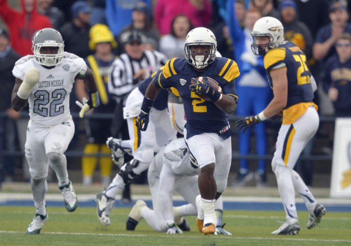 Toledo running back Terry Swanson (2) rushes for a 90-yard gain against Eastern Michigan in the second quarter of an NCAA college football game Saturday, Oct. 17, 2015, in Toledo, Ohio. (AP Photo/David Richard)
